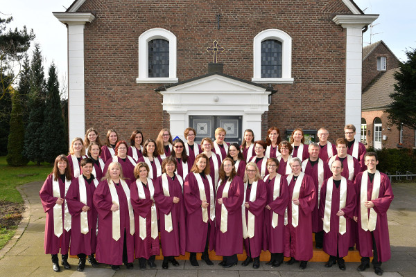 Vor der evangelischen Kirche Wevelinghoven